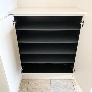 シューズボックスは1段に2足ほどのサイズ感。(※写真は12階の反転間取り別部屋のものです)