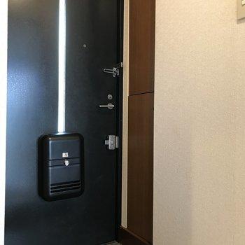 シンプルな玄関です。※写真は1階の反転間取り別部屋のものです。