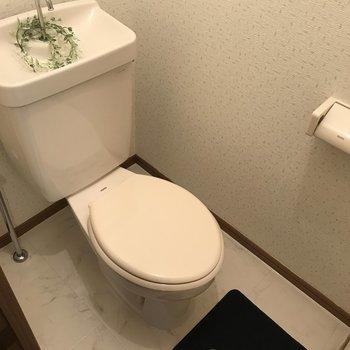 トイレはシンプルなタイプ。※写真は1階の反転間取り別部屋のものです。