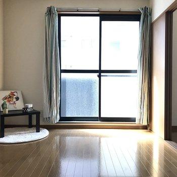 引き戸を開け放ったらより広く!※写真は1階の反転間取り別部屋のものです。