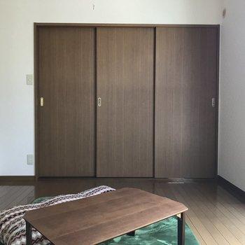洋室は6帖と寝室にぴったりの広さです。※写真は1階の反転間取り別部屋のものです。