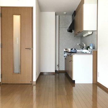 キッチンは奥まったところに。※写真は1階の反転間取り別部屋のものです。
