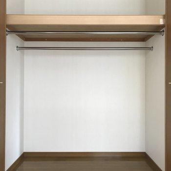 クローゼットは大きめですよ。※写真は1階の反転間取り別部屋のものです。