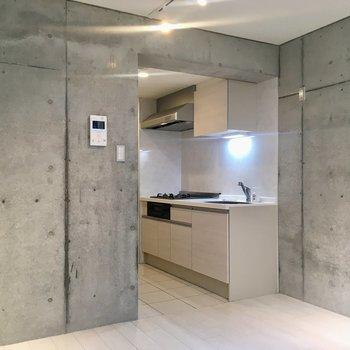 【1階】壁は2面がコンクリート打ちっぱなし!※写真はクリーニング前のものです。