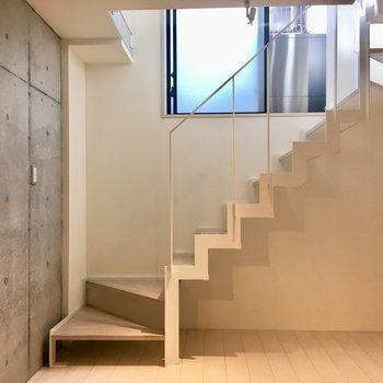 【1階】階段下にはテレビを。リビングにいいな。※写真はクリーニング前のものです。