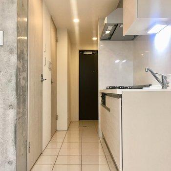 【1階】玄関へ。段差がなくフラットな床です。※写真はクリーニング前のものです。