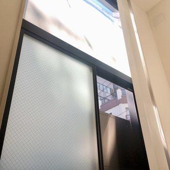 大きな窓。ブラインドがついています。※写真はクリーニング前のものです。