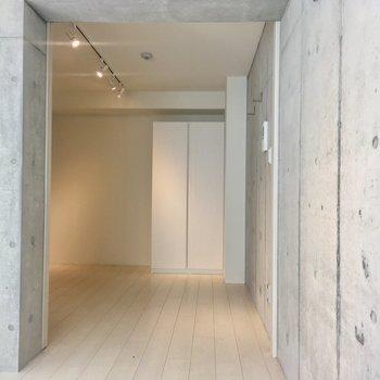 【2階】奥の寝室の引き戸は開けたままでも。※写真はクリーニング前のものです。