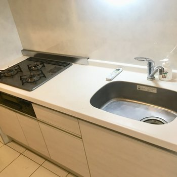 【1階】キッチンは3口グリル付き。程よい広さ。※写真はクリーニング前のものです。
