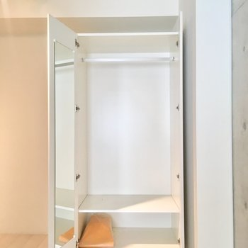 【2階寝室】収納に鏡もついていました〜※写真はクリーニング前のものです。
