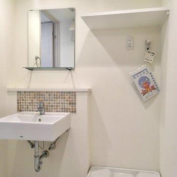 【1階】洗面台のタイルこそっとキュート。※写真はクリーニング前のものです。