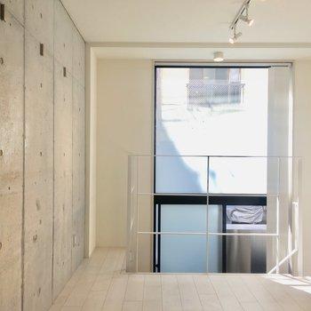 【2階】窓の光がよく入ります。※写真はクリーニング前のものです。