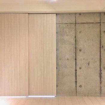 【2階寝室】寝室の奥側から見ると。引き戸をしきるとこんな感じ。※写真はクリーニング前のものです。