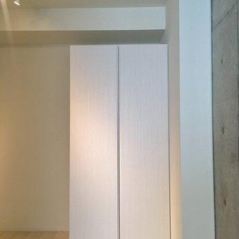 【2階寝室】収納はこちら。※写真はクリーニング前のものです。