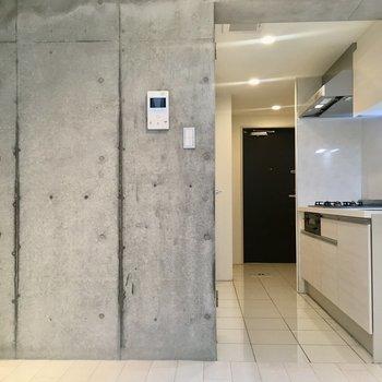 【1階】階段側からふりむくと。キッチン床の白いタイルステキ。※写真はクリーニング前のものです。