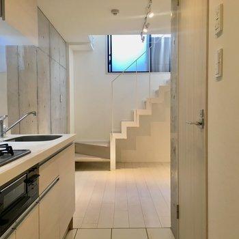【1階】玄関入ると階段がお出迎え。※写真はクリーニング前のものです。