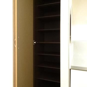 玄関はキッチンの横に。シューズボックスも十分な広さ◎