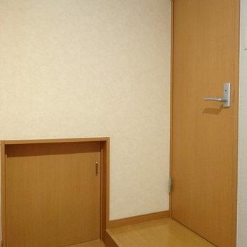 階段横の小さな扉は何だ?