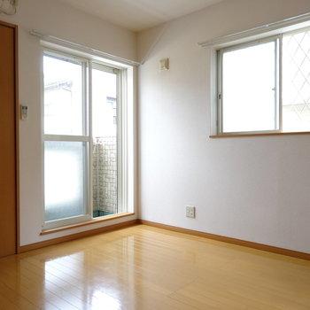 角部屋で2面窓。やわらかい光が射し込みます。