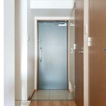 玄関はシックな色合いに。※写真は通電前・3階の同間取り別部屋のものです
