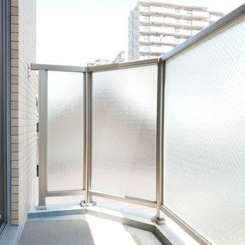 バルコニーは半透明で綺麗ですね。※写真は3階の同間取り別部屋のものです
