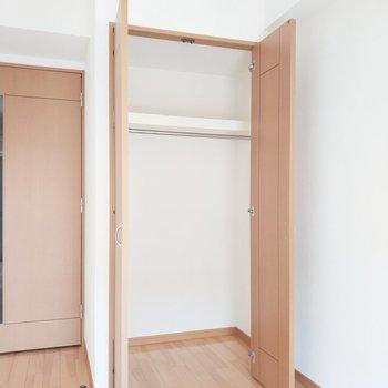 クローゼットは右奥まで広々とう使えます!※写真は通電前・3階の同間取り別部屋のものです