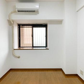【洋室5.3帖】玄関側にも洋室があります。