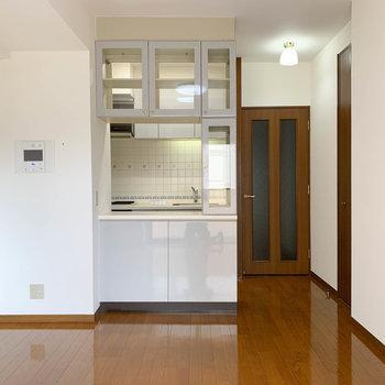 【LDK】大きな食器棚のついたキッチンがあります。