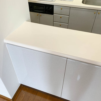【LDK】食器棚の台の部分、電子レンジなども置けそうです。