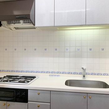 【LDK】3口ガスの、広めのキッチンです。