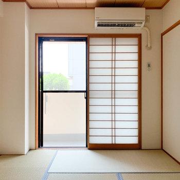 【和室】お隣の和室も、綺麗な空間が広がります。