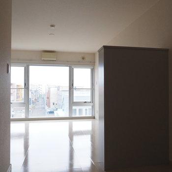 窓の存在感すごい。※写真は同間取り別部屋です