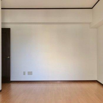 書斎兼寝室でも十分な広さ。9口のコンセントがあるので配線もスッキリ!