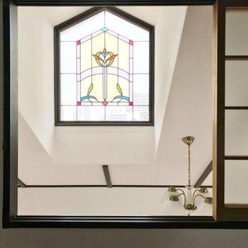 目の前には天井のステンドグラス風の窓とシャンデリア。
