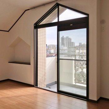 三角形の窓とニッチが可愛らしい。