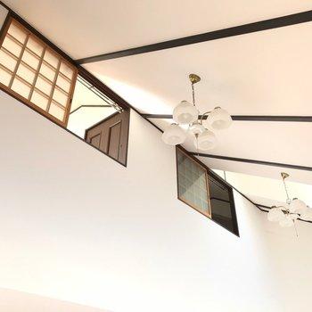 見上げると高い天井にシャンデリアがありました。