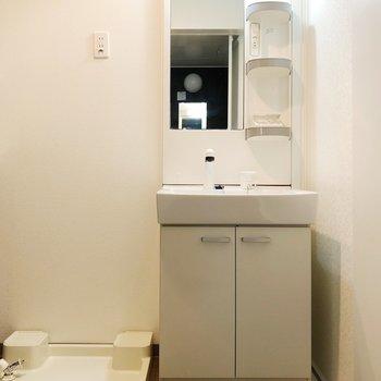お風呂の隣に洗濯機を置けるので洗濯カゴいらずです