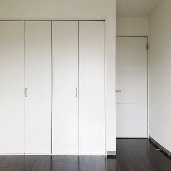 【洋室】白い扉がお行儀よく並びます