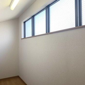 窓ありがたいですね〜、天井高は立っても大丈夫な高さです