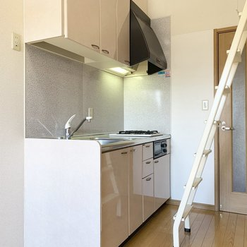 はしごを降りると、キッチンなのです