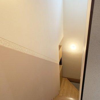 階段を降りると、玄関です