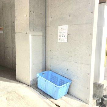 共用部】ゴミ置き場は1階駐車場横に。