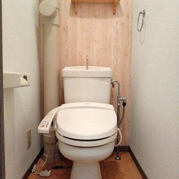 ウォシュレット付きのナチュラルなトイレ※写真は6階の反転間取り別部屋、モデルルームのものです