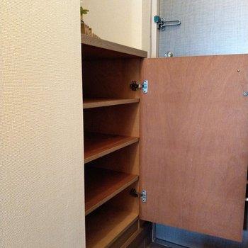 シューズラックは上にも鍵を置いたり、ディスプレイもできそう♬※写真は6階の反転間取り別部屋、モデルルームのものです