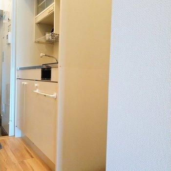 キッチン横には冷蔵庫を置ける専用のスペース※写真は6階の反転間取り別部屋、モデルルームのものです