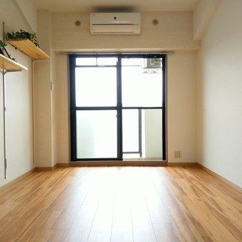 大きな窓からあたたかい光が!※写真は6階の反転間取り別部屋、モデルルームのものです