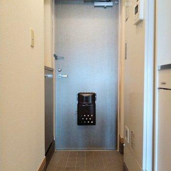 玄関まで光が届きます◎※写真は6階の反転間取り別部屋、モデルルームのものです