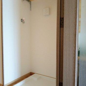 洗濯機置場の上にある棚にタオルなどを置けそう!※写真は6階の反転間取り別部屋、モデルルームのものです