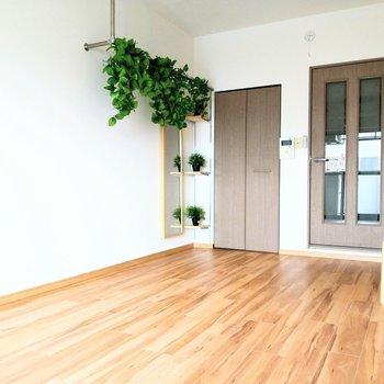 クローゼットの前にもオープン収納が◎※写真は6階の反転間取り別部屋、モデルルームのものです