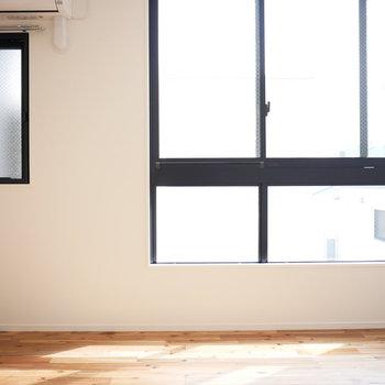 東向きの大きな窓からの日差しが気持ちいい
